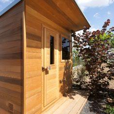 Venkovní sauna se solným panelem
