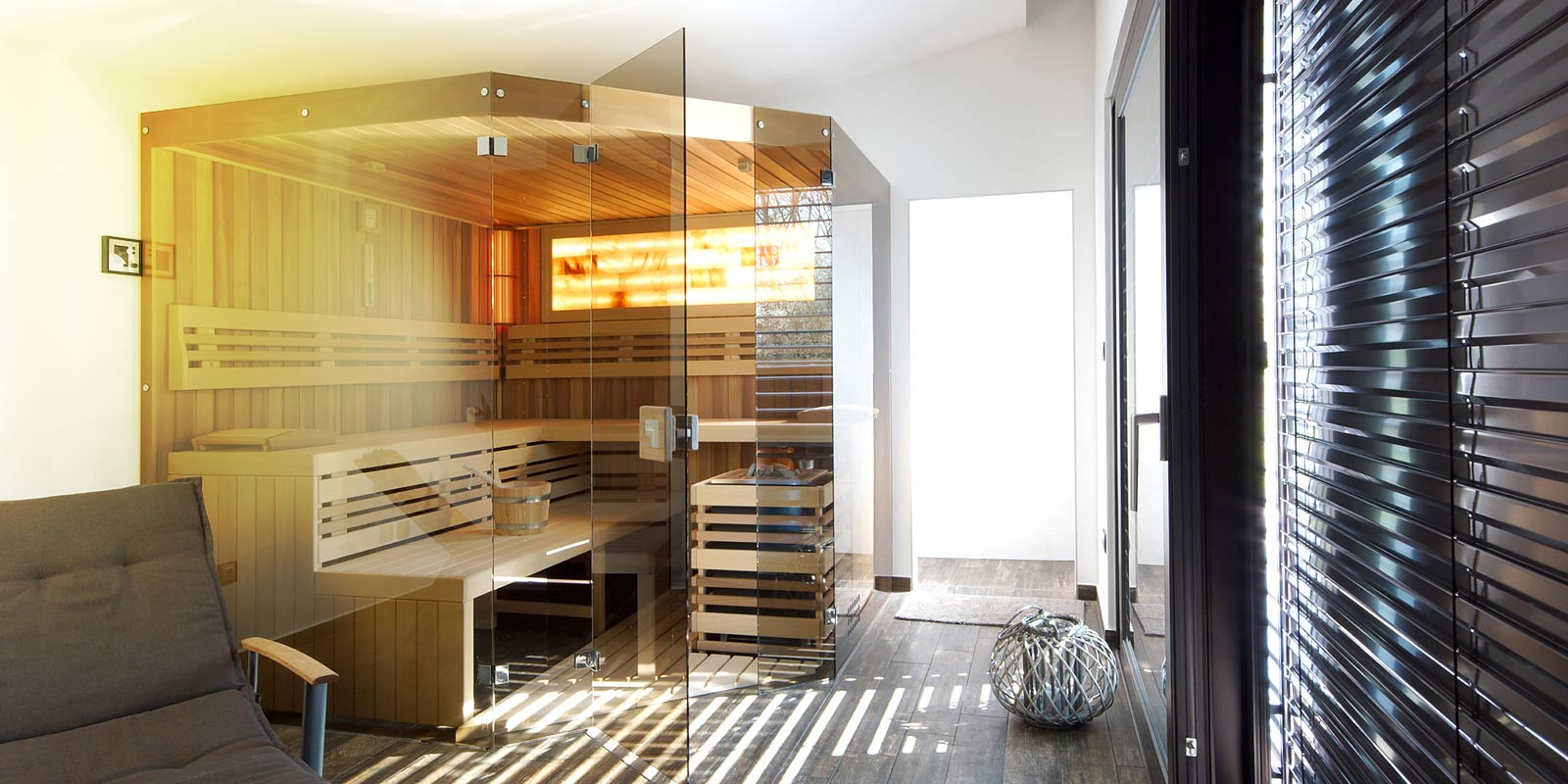 Sauna Native s velkorysými prosklenými plochami a solnou stěnou