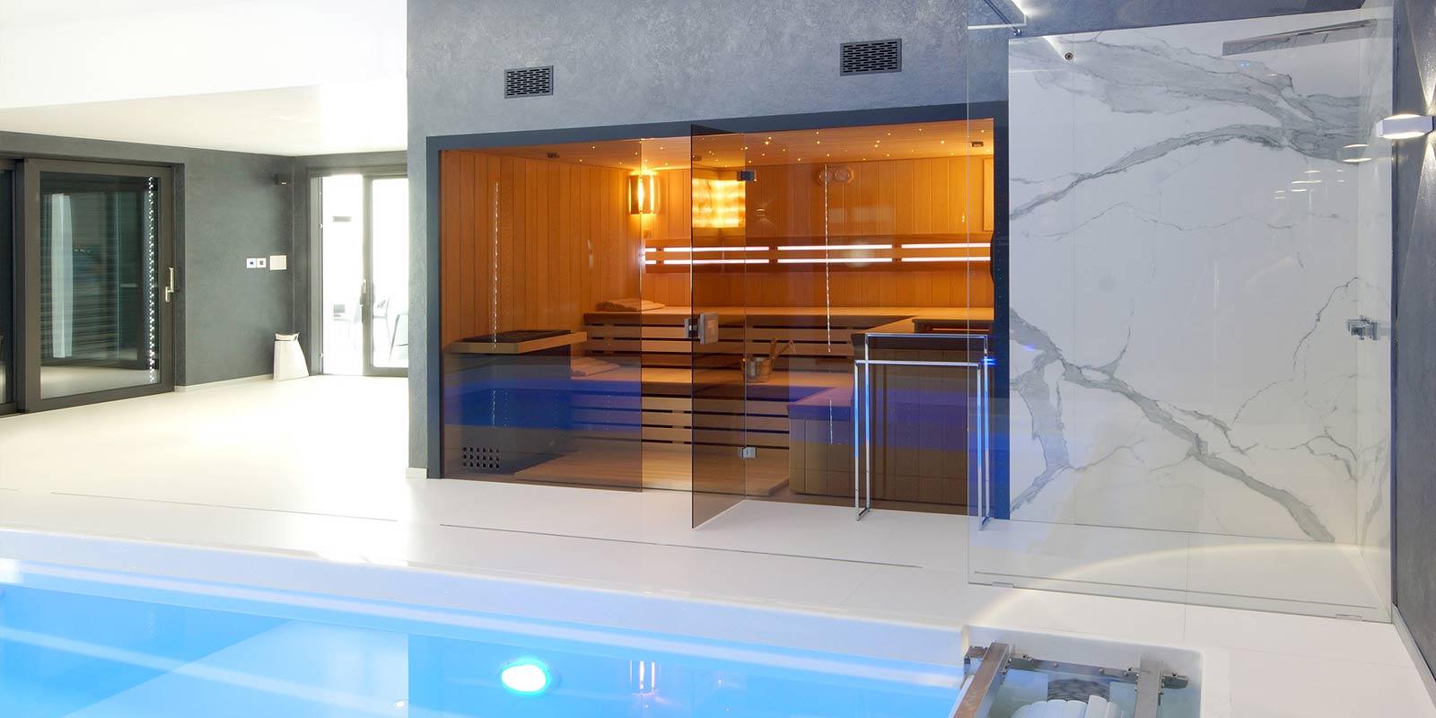 Finská sauna Modus s hvězdným nebem, prosklenou čelní stěnou a bazénem