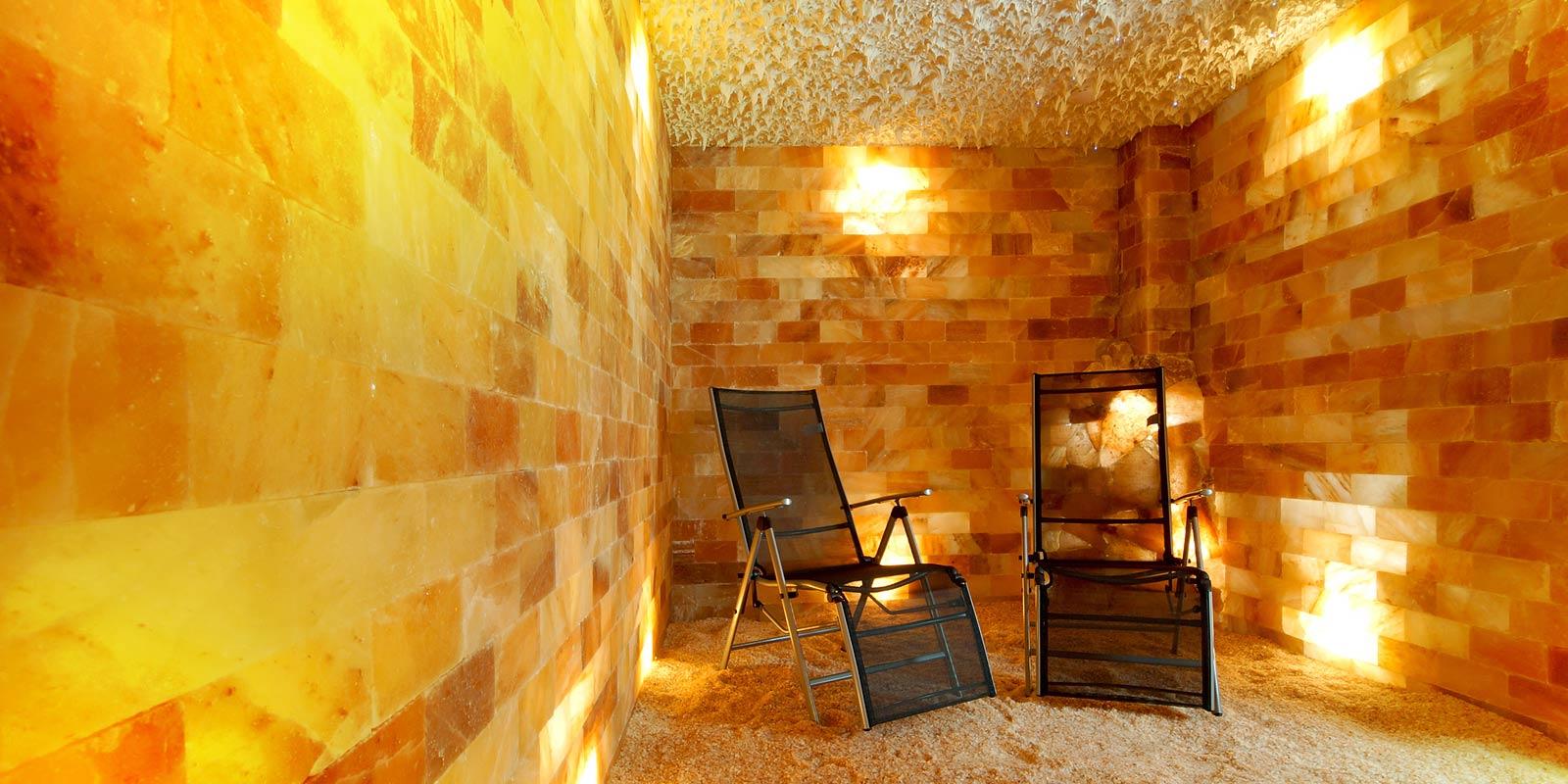Interiér solné jeskyně s krápníkovým stropem a solným vodopádem