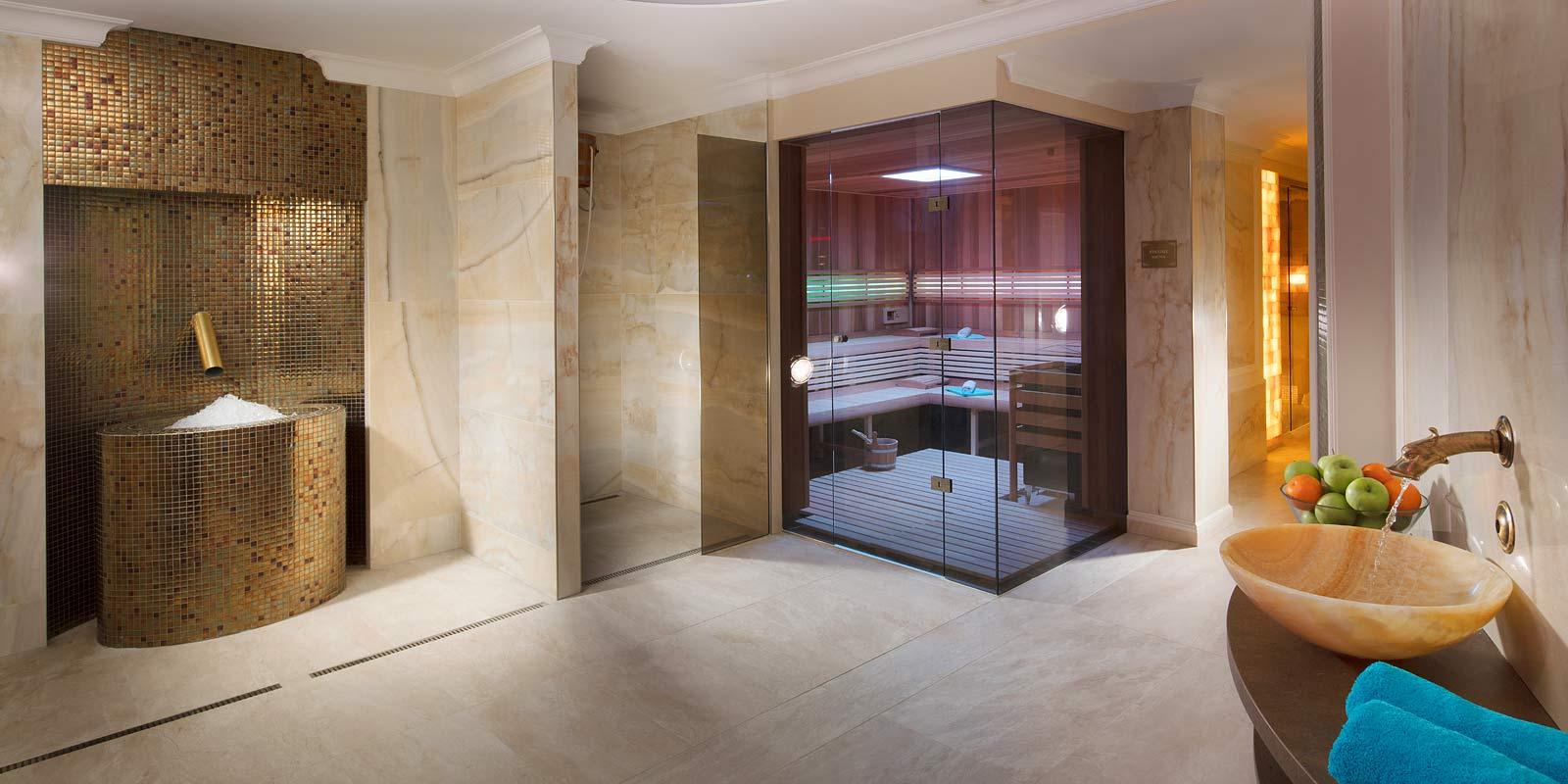 Veřejné hotelové wellness a finská sauna, ochlazovací vědro a studna s ledovou tříští