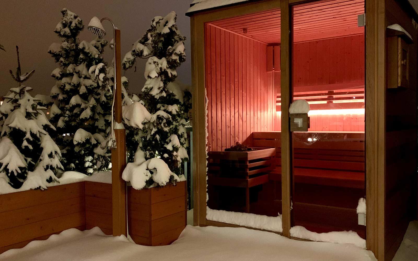 Saunování v zimě ve venkovní sauně má svoje kouzlo